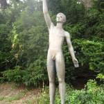 Öbszön - junger Mann fängt Taube ohne Kleidung